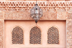 古老大厦的门面与阿拉伯装饰品的 库存照片