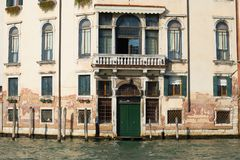 古老大厦的门面在大运河的在一个晴朗的下午 意大利威尼斯 库存图片