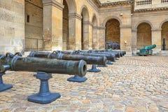古老大炮。 Les的Invalides博物馆在巴黎。 免版税库存照片