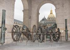 古老大炮在Invalides博物馆在巴黎 免版税库存图片