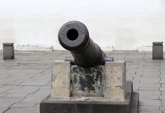 古老大炮枪口在基地的 免版税库存图片