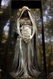 古老天使雕象在墓地的 免版税库存照片