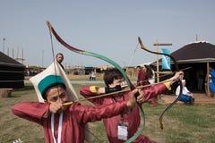 古老奥斯曼帝国射手战士服装的urkish孩子  免版税图库摄影