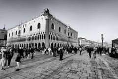 古老宫殿和游人在圣马可广场在威尼斯,意大利 库存照片