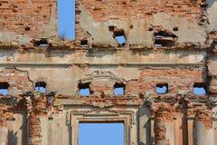 古老宫殿废墟在普鲁扎内,白俄罗斯做了与天空蔚蓝的红砖而不是窗口 免版税库存照片