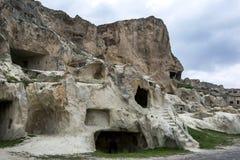 古老家废墟在土耳其的卡帕多细亚地区雕刻了入峭壁面孔在Urgup附近 免版税库存图片