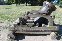 古老小便携式的大炮在博物馆 库存照片