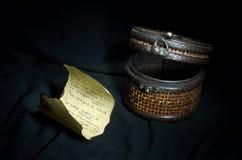 古老小箱和信件 免版税库存照片