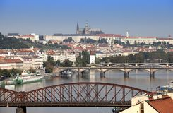 古老屋顶和桥梁看法通过伏尔塔瓦河 布拉格 cesky捷克krumlov中世纪老共和国城镇视图 库存图片