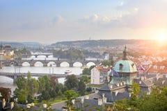 古老屋顶和桥梁看法通过伏尔塔瓦河 布拉格 cesky捷克krumlov中世纪老共和国城镇视图 库存照片