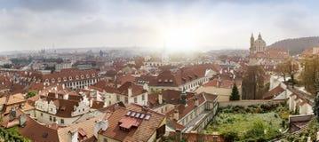 古老屋顶看法  布拉格 cesky捷克krumlov中世纪老共和国城镇视图 免版税库存图片