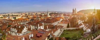 古老屋顶看法  布拉格 cesky捷克krumlov中世纪老共和国城镇视图 库存照片