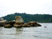 古老岩石看法在邦咯岛,马来西亚海边  免版税库存照片