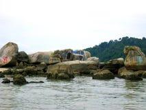 古老岩石看法在邦咯岛,马来西亚海边  免版税库存图片