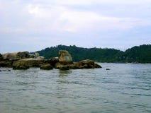古老岩石看法在邦咯岛,马来西亚海边  图库摄影
