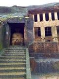古老岩石被切开的佛教解决洞 免版税库存照片