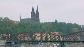 古老布拉格城堡Vysehrad和老金属桥梁剧烈的看法  股票视频