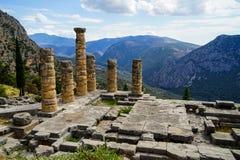 古老废墟世界遗产全景阿波罗教堂的有绿色橄榄树小树林谷的, Parnassus山 免版税库存图片