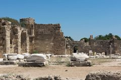 古老废墟副火鸡 Appalon寺庙的零件的美丽的废墟,反对蓝天 库存照片