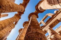 古老废墟和象形文字在卡纳克神庙寺庙,卢克索,埃及 库存照片