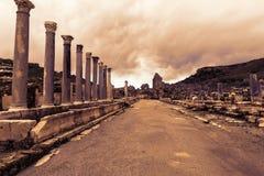 古老废墟在日落的Perge土耳其 库存照片