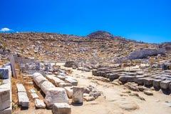 古老废墟在海岛提洛岛在基克拉泽斯,其中一个最重要的神话,历史和考古学站点 库存照片