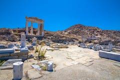 古老废墟在海岛提洛岛在基克拉泽斯,其中一个最重要的神话,历史和考古学站点 免版税库存图片