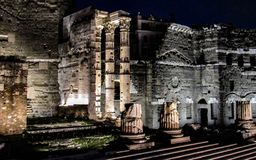古老废墟在罗马在晚上,意大利 图库摄影
