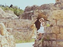 古老废墟的妇女旅客在迦太基 图库摄影