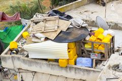 古老废物轻率被堆在阿拉伯家屋顶在城市 免版税库存图片