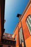 古老庭院的墙壁有一个铺磁砖的屋顶的 库存照片