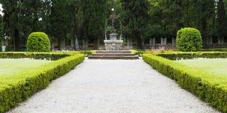 古老很好在科内利亚诺城堡的庭院里  库存照片