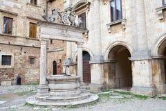 古老很好在蒙特普齐亚诺,托斯卡纳,意大利 免版税库存照片