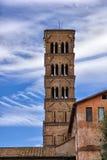 古老意大利塔在蓝天的罗马意大利 免版税库存图片