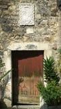 古老房子门面在有白色大理石冠的克罗地亚的 免版税库存图片