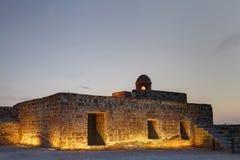古老手表塔和房间在巴林堡垒的第二水平 免版税图库摄影