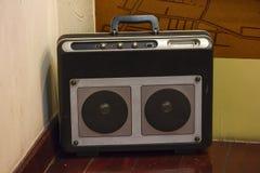 古老收音机在木地板上 库存图片