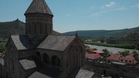 古老教会Sveti Tskhoveli空中录影  乔治亚,姆茨赫塔 接近的飞行到修道院 股票视频