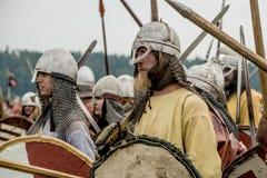 古老文化种族节日  骑士的中世纪战士的重建争斗的 免版税库存照片