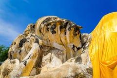 古老斜倚的菩萨雕象在阿尤特拉利夫雷斯,泰国 免版税图库摄影