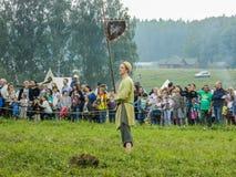 古老斯拉夫人的仿制争斗在历史俱乐部期间节日的在俄罗斯的卡卢加州地区 库存照片