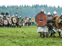 古老斯拉夫人的仿制争斗在历史俱乐部期间节日的在俄罗斯的卡卢加州地区 免版税库存照片