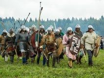 古老斯拉夫人的仿制争斗在历史俱乐部期间节日的在俄罗斯的卡卢加州地区 免版税库存图片