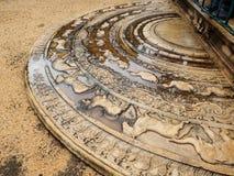 古老斯里兰卡的半圆石平板或月长石在修道院住宅复合体 免版税库存图片
