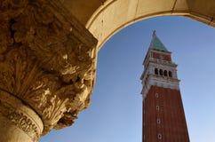 古老曲拱和钟楼在圣马可广场,威尼斯 库存图片