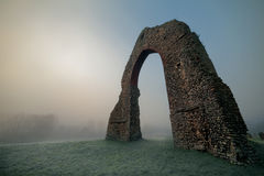 古老曲拱在弗罗斯特和薄雾 免版税库存图片