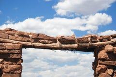 古老曲拱门道入口印第安镇废墟 免版税库存图片