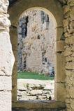 古老曲拱门道入口在中世纪城堡的建筑 免版税库存图片