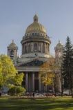 古老曲拱结构美丽的大厦详述彼得斯堡st非常 免版税库存照片