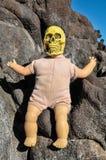 古老有人的头骨的葡萄酒老玩偶 免版税图库摄影